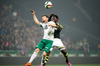 Erik Israelsson - Hammarby, and Ebenezer Ofori - AIK, in a duel for the ball.